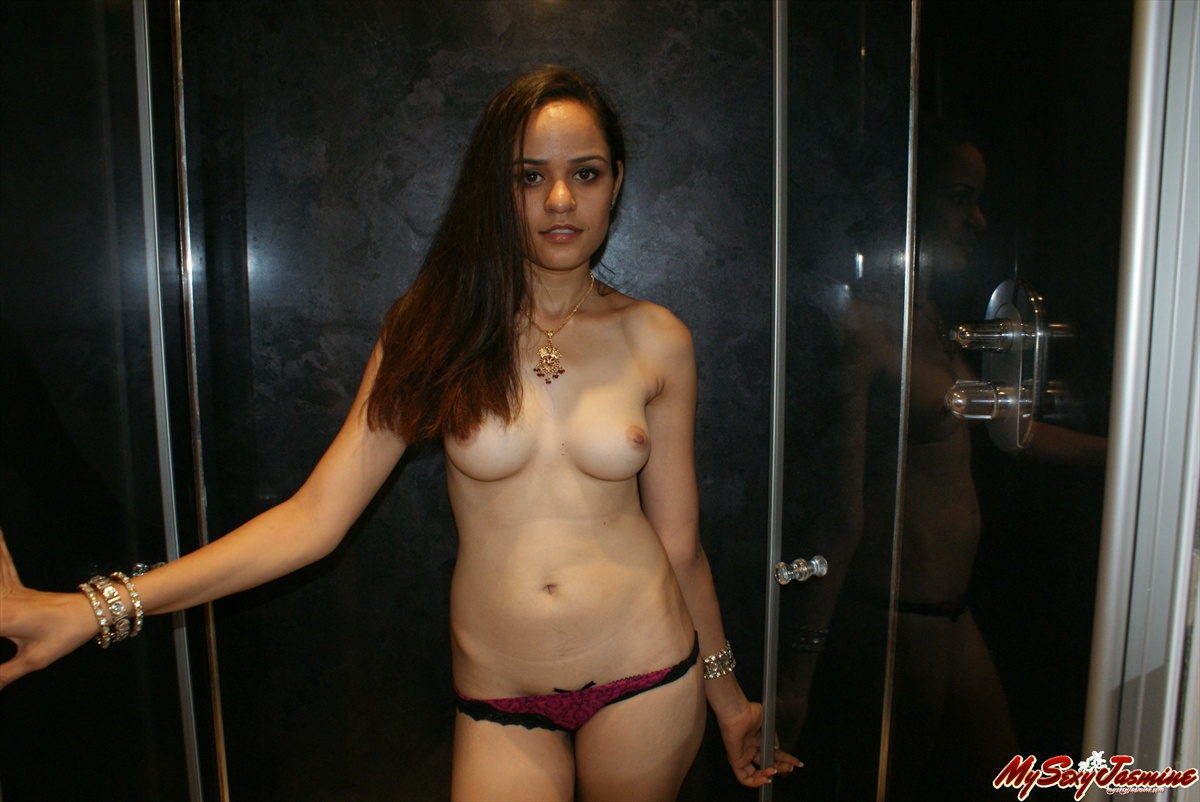 Pic gal 004. Jasmine showing her shower room naked on camera