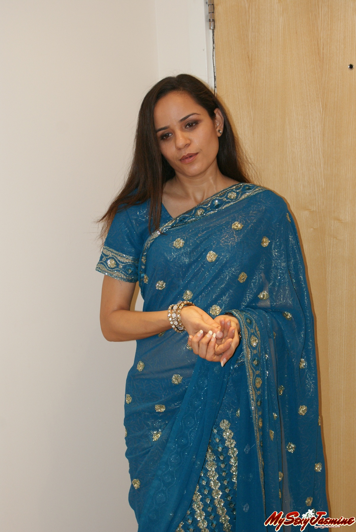 Pic gal 006. Indian babe jasmine in traditional saree showing off